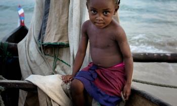 Menina da etnia Sakalava (Vezo) no barco de seu pai. Morondava, Madagascar,2018. (35mm)-fixa 35/1.4